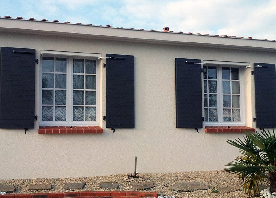 Porte de garage sectionnelle plafond : la qualité Ateliers du Bois